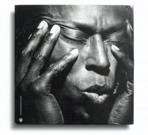 Vinyl: Miles Davis, Tutu, Warner Bros. Records – 1-25490, Estados Unidos, 1986. Design: Eiko Ishioka. Photo: Irving Penn.